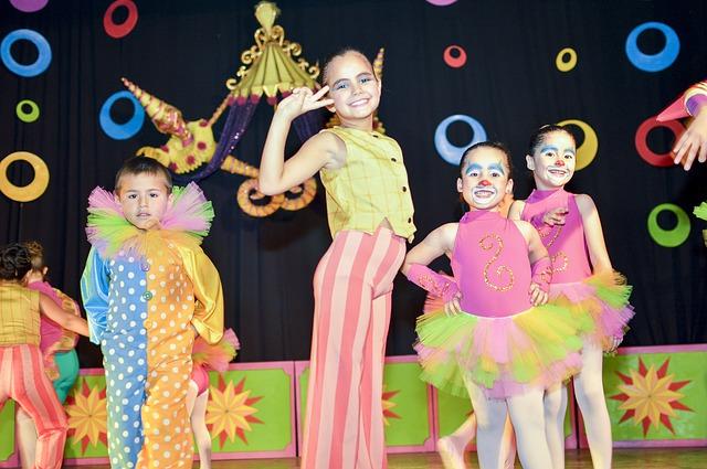 Zdjęcie przedstawiające dziecięcą sztukę teatralną