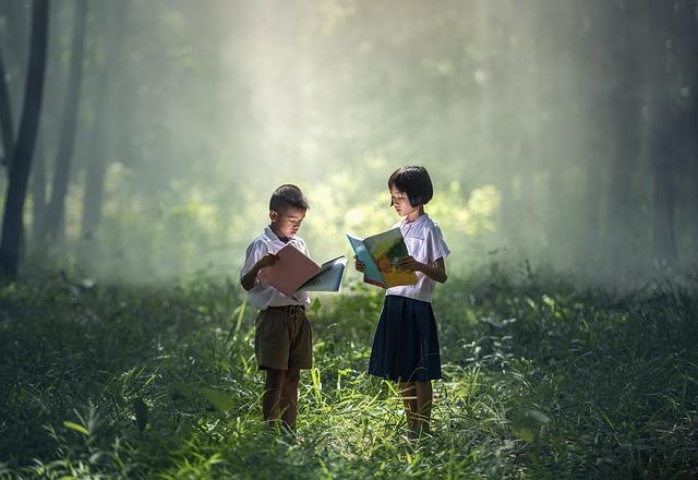 Zdjęcie przedstawiające dzieci w środku lasu