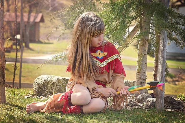 Zdjęcie przedstawiające dziewczynkę przebraną za indianina