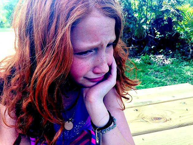Zdjęcie przedstawiające zasmucone dziecko
