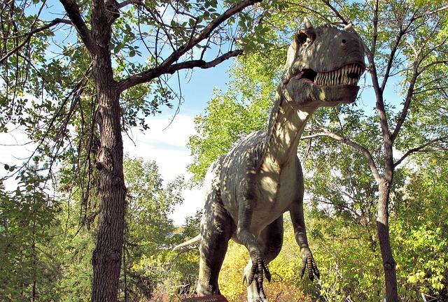 Zdjęcie przedstawiające rekonstrukcję dinozaura w parku dinozaurów