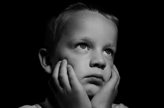 Zdjęcie przedstawiające smutne dziecko