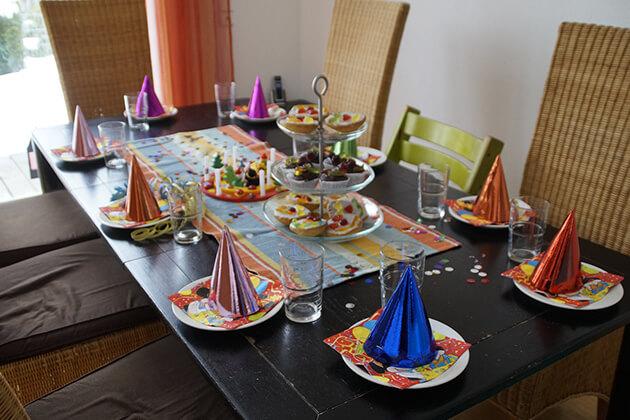 Zdjęcie nakrycia stołu na imprezie urodzinowej dziecka
