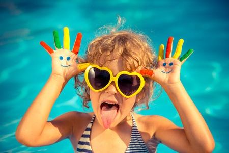Dziecko w basenie - wakacje z dzieckiem
