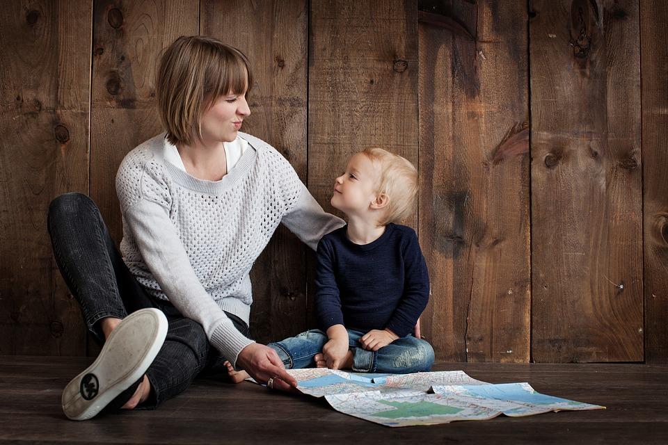 Mama i dziecko planują wycieczkę z mapą