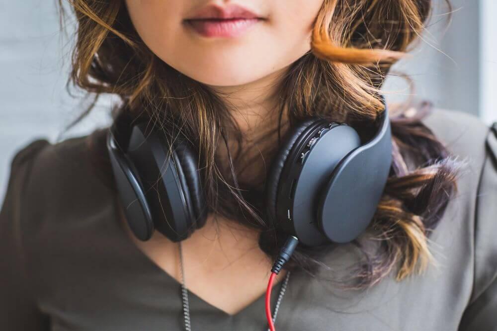 dziewczynka słuchająca audiobooka