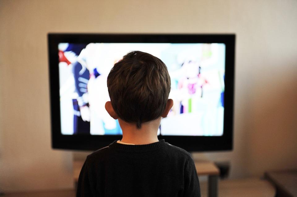 Chłopczyk oglądający bajki w telewizji