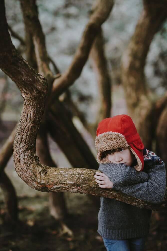 smutny chłopiec w lesie