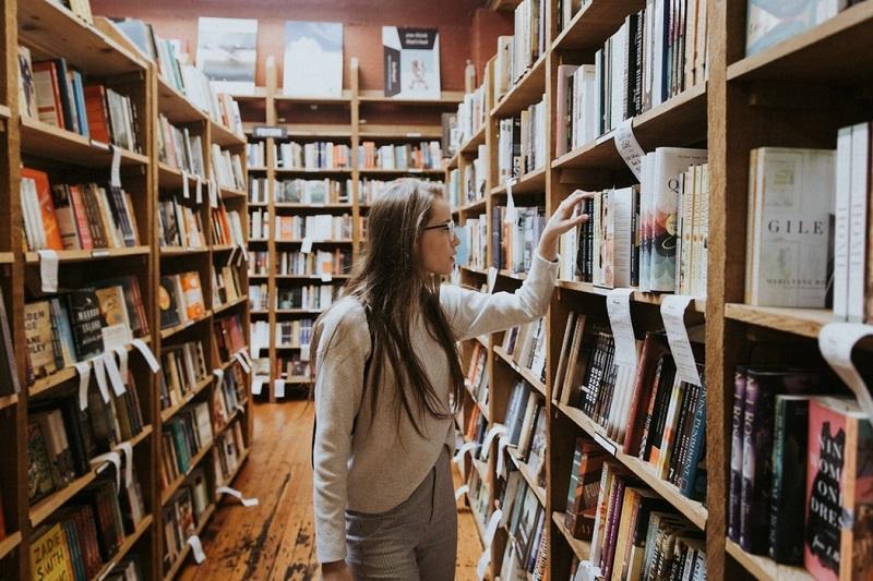 Nastolatka w bibliotece