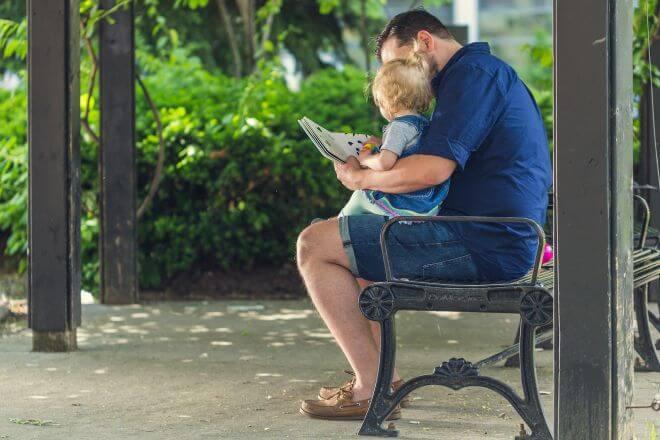 rodzic czytający dziecku