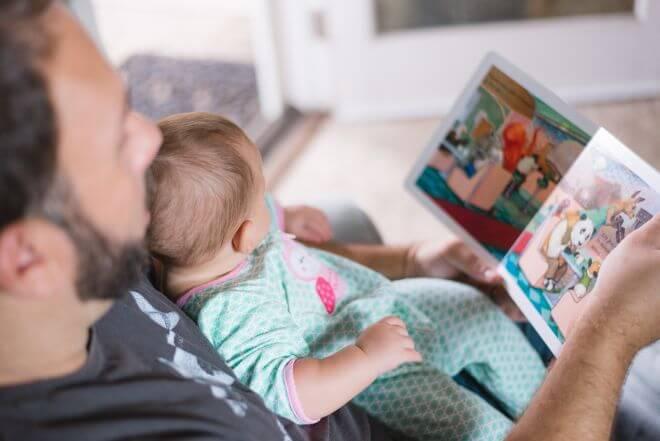 Tata czytający dziecku