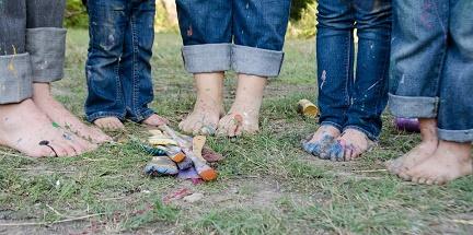 Brudne dzieci w czasie zabawy