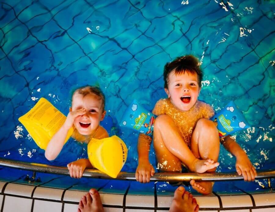 dzieci bawiące się na basenie
