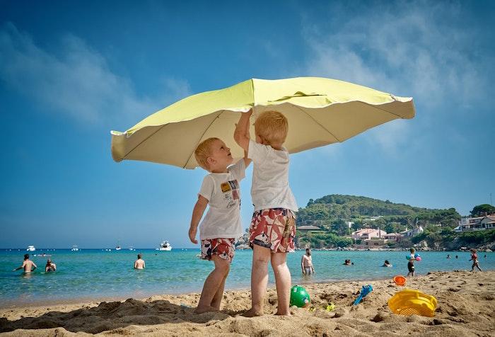 Mali chłopcy na plaży