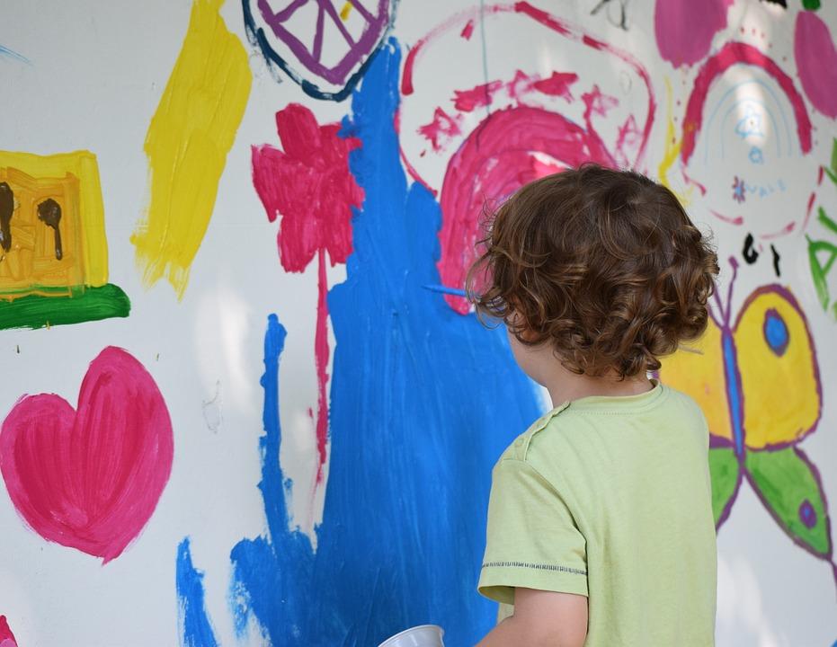chłopak podczas zajęć artystycznych