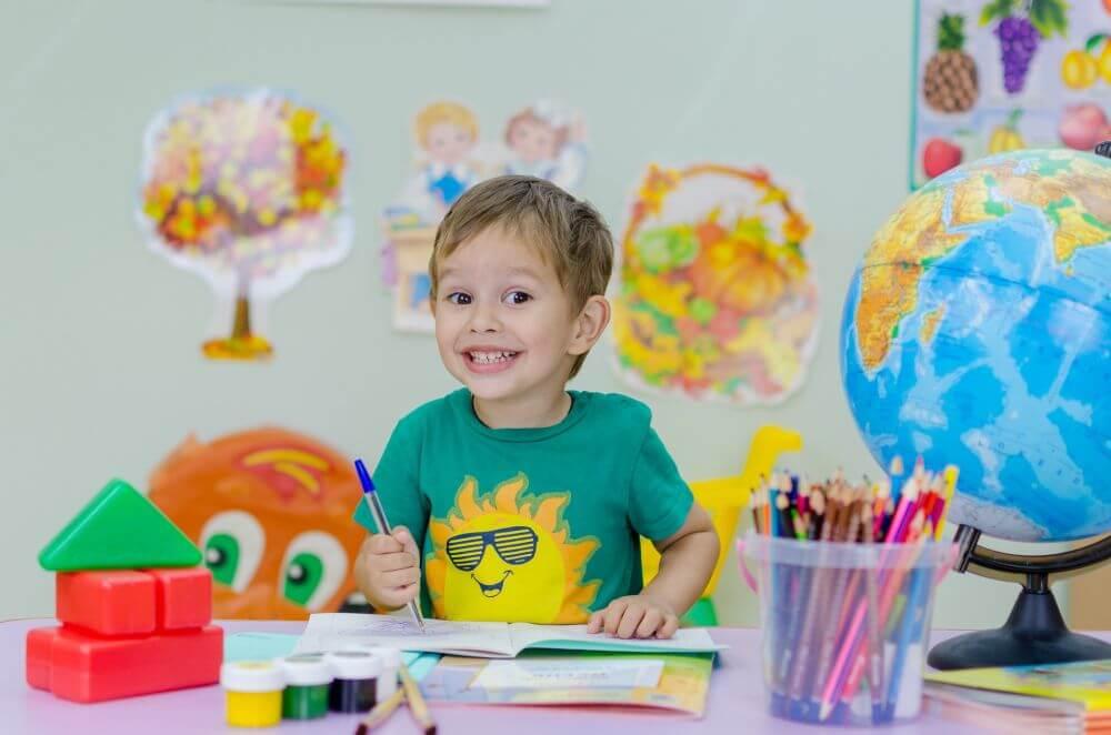 chłopiec uczący się w szkole
