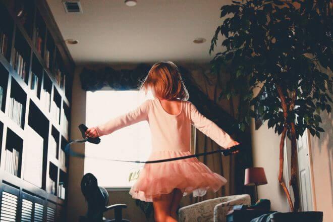 Dziewczynka ćwicząca gimnastykę artystyczną