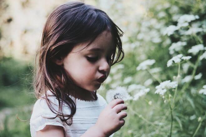 dziewczynka w ogrodzie