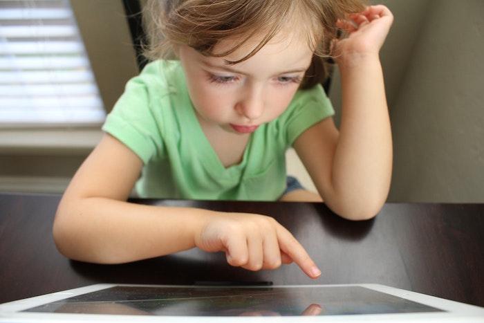Dziewczynka grająca w grę komputerową