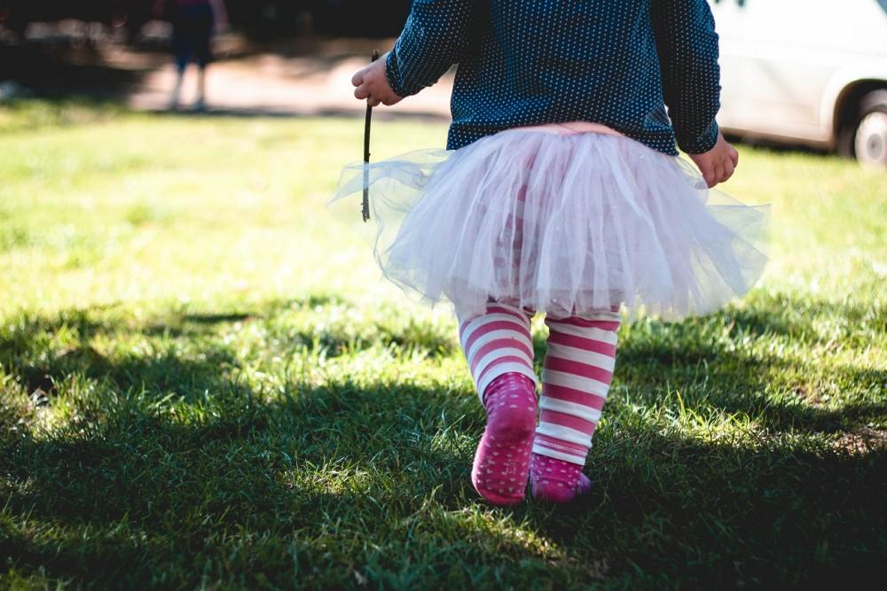 Dziewczynka tańcząca na trawie