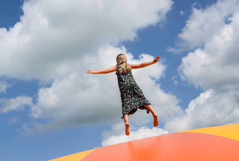 dziewczynka skacząca na trampolinie
