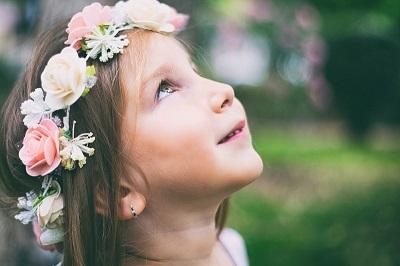 Mała dziewczynka w wianku z kwiatów - Bajka o kpryśnej królewnie Annie