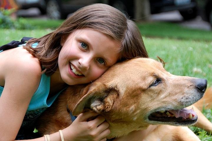 Dziewczynka bawiąca się z psem