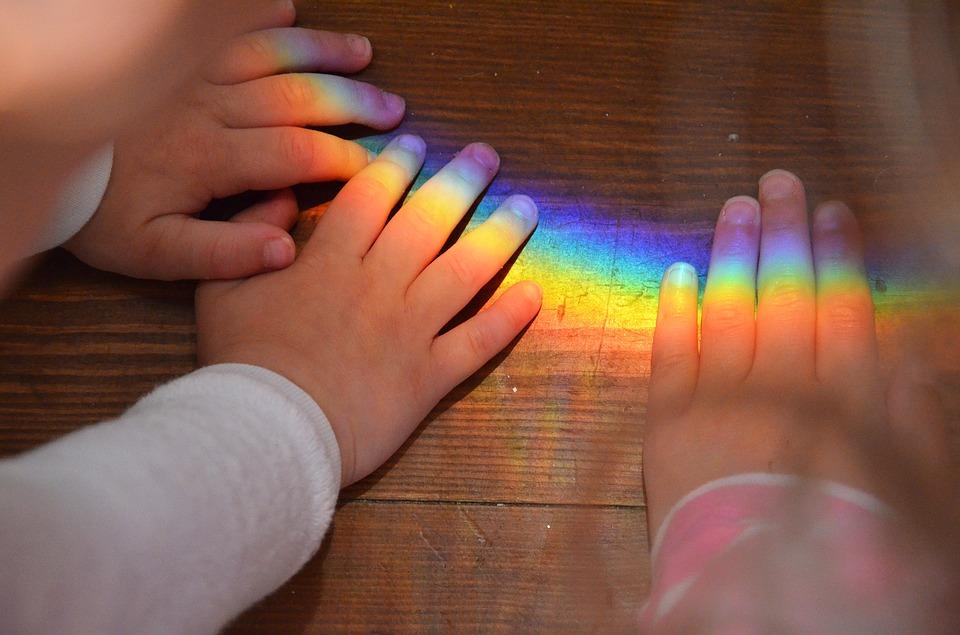 Znak tęczy na dłoniach dzieci