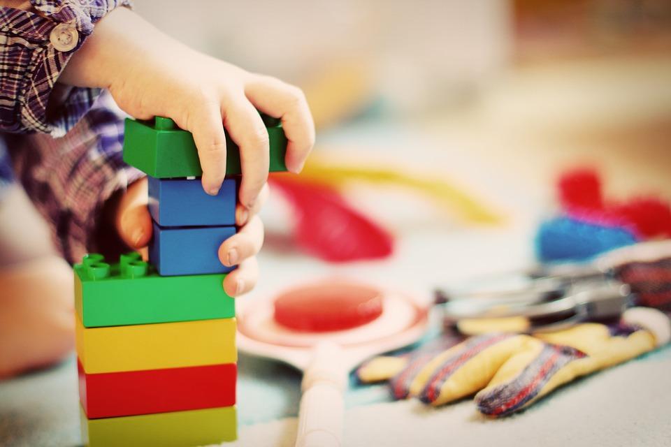 Dziecko bawiące się zabawkami edukacyjnymi