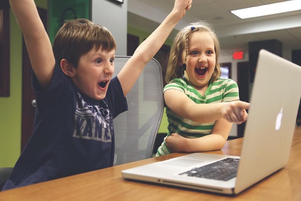 Dzieci grające na komputerze