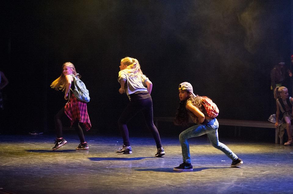 Występ taneczny dziewczynek na scenie