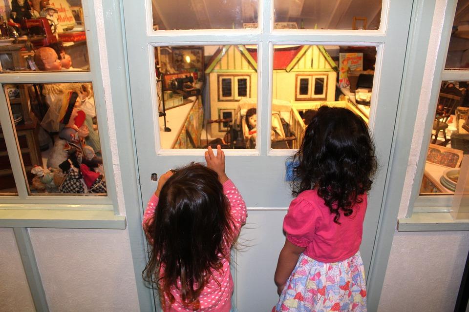 Dziewczynki w muzeum