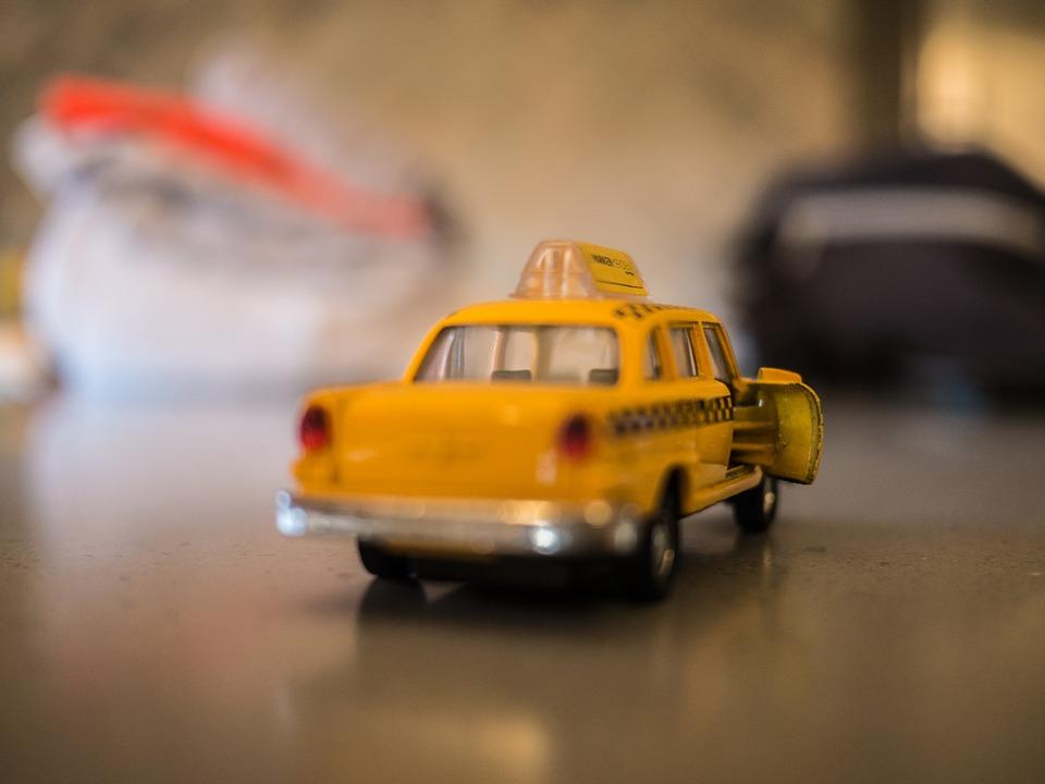 Zabawka samochodzik na wystawie muzealnej