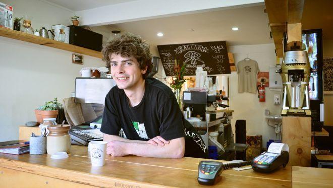 chłopiec pracujący jako kelner