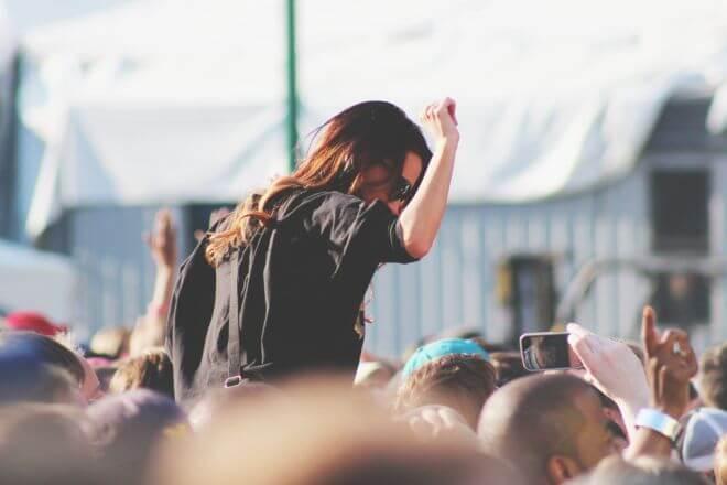 nastoletnia dziewczyna bawiąca się na koncercie