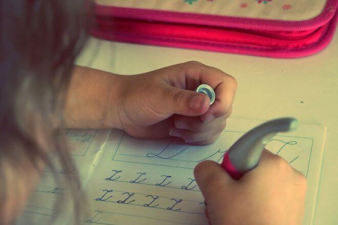 pisząca dziewczynka