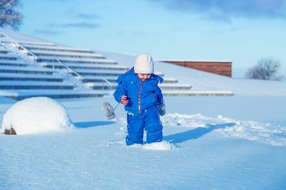 Dziecko bawiące się zimą na podwórku