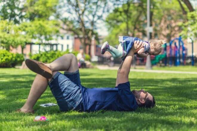 tata bawiący się z dzieckiem
