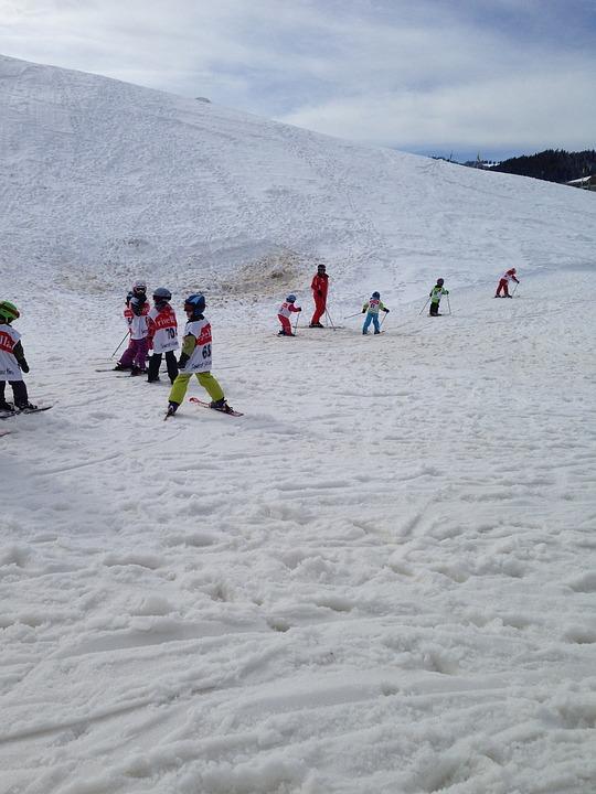 dzieci podczas nauki jazdy na nartach