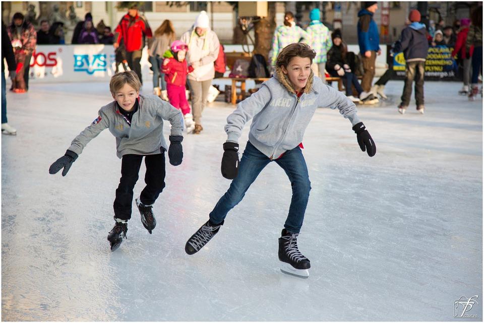 młodzież na lodowisku