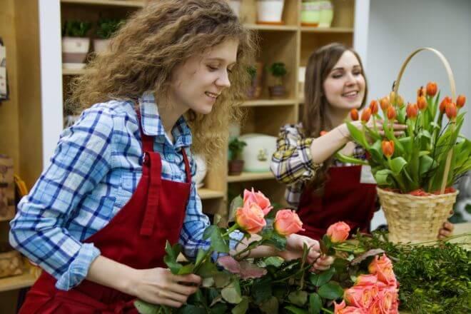 nastolatka pracująca w kwiaciarni