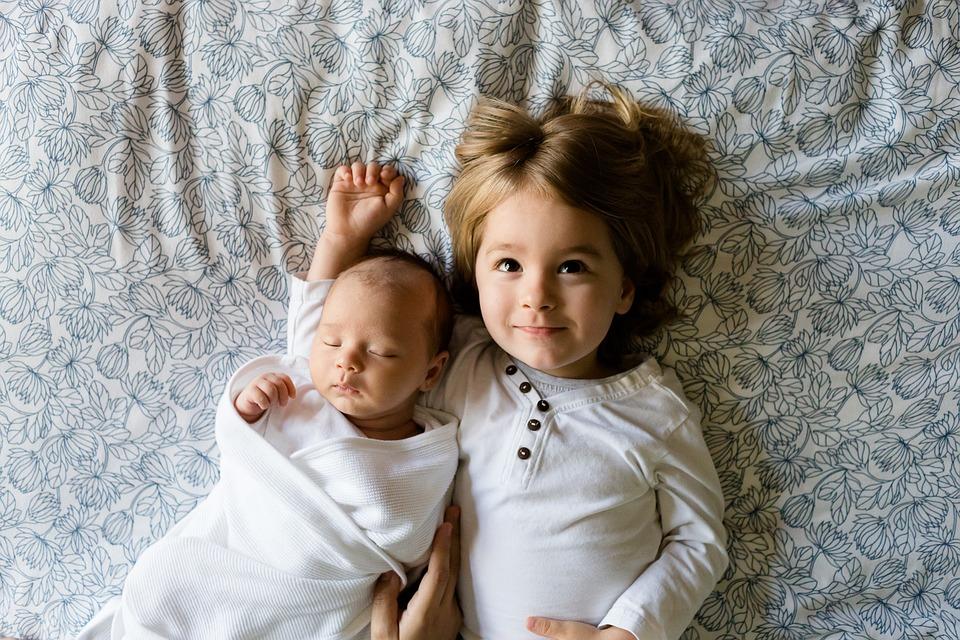 dzieci leżące na łóżku
