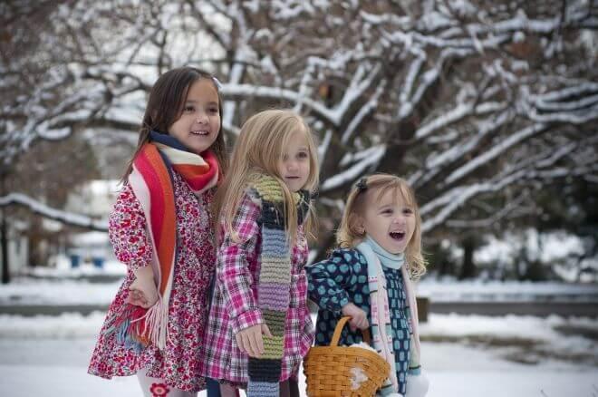 dzieci bawiące się na podwórku