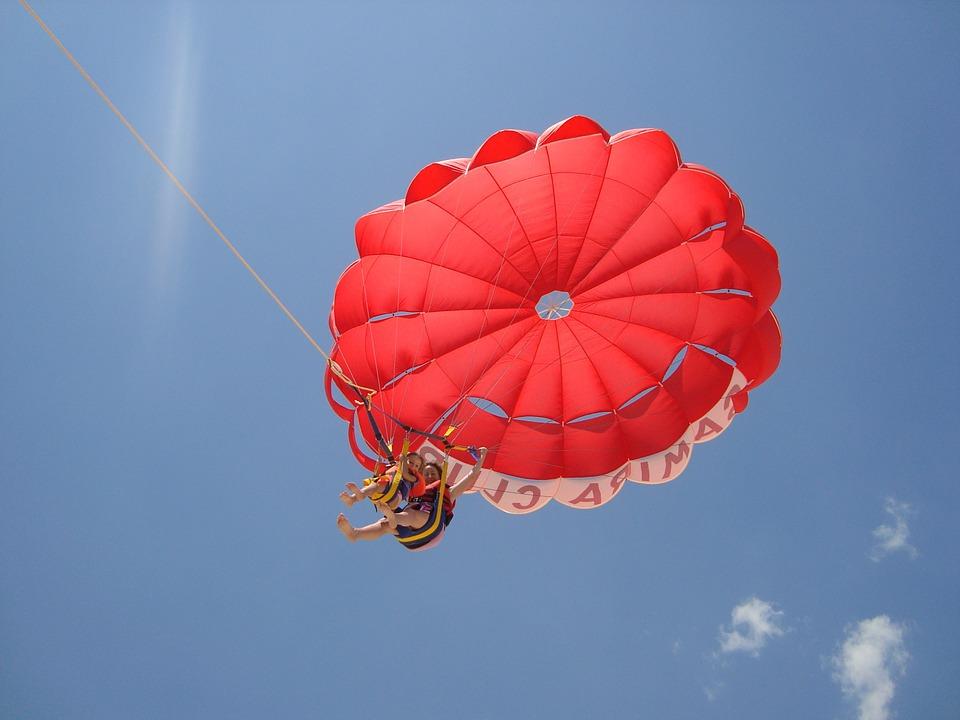 dziecko skaczące ze spadochronem z opiekunem