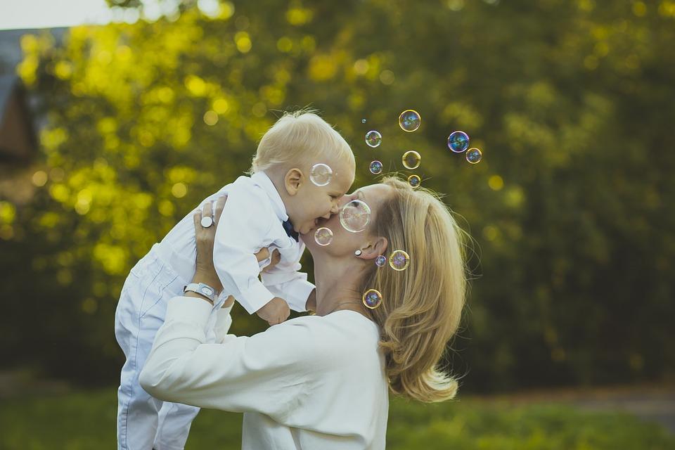 Mama trzymająca dziecko na rękach