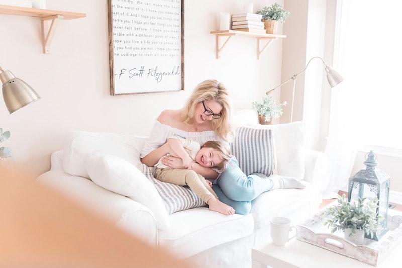 Uśmiechnięci mama z dzieckiem