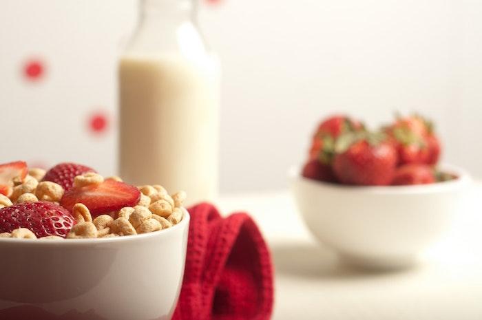 Płatki zbożowe z mlekiem i truskawkami