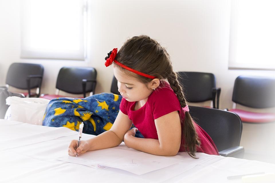 Dziewczykna rozwiązująca ćwiczenia podczas warsztatów.
