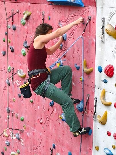 Dziewczyna na ściance wspinaczkowej