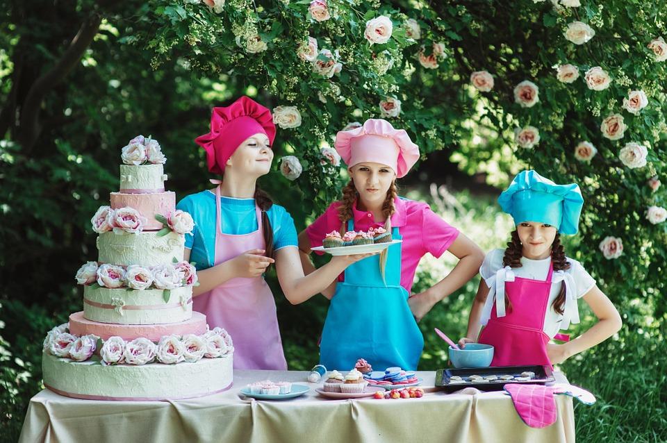 Dziewczynki prezentujące swoje wypieki